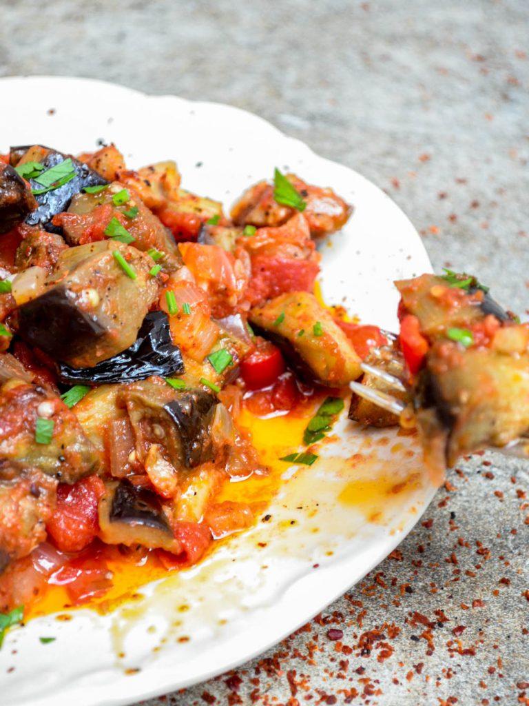 Turkish aubergine in tomato sauce (Soslu patlıcan) - recipe / A kitchen in Istanbul